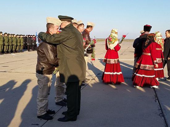 «Просто ждала»: жены встретили вернувшихся из Сирии российских летчиков