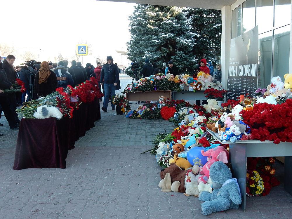 Жители Ростова-на-Дону несут цветы и мягкие игрушки к мемориалу
