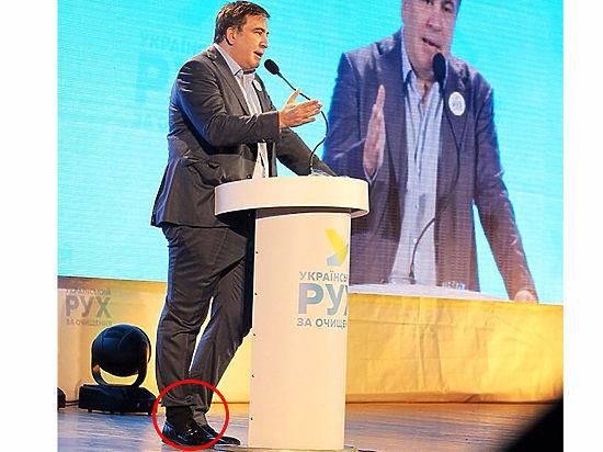 Офигительные штаны Саакашвили заправил в разные носки, насмешив Захарову
