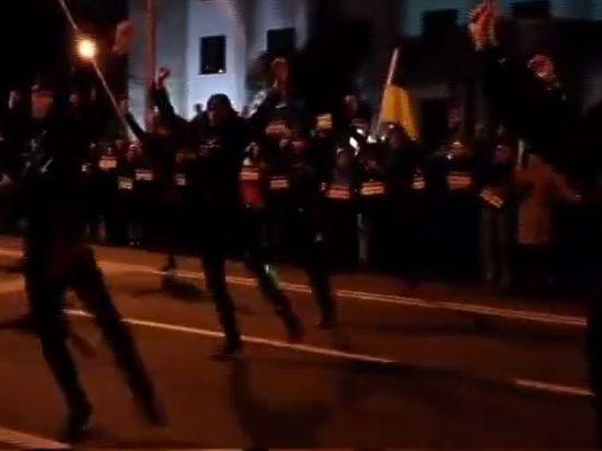 Танцем войны поддержали Савченко перед посольством РФ в Тбилиси