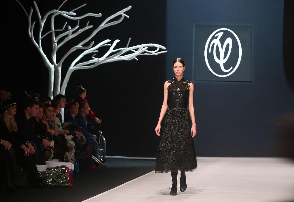 В Гостином дворе стартовал новый сезон Недели моды в Москве. В показе Валентина Юдашкина, который и открывал Неделю Моды, блистала модель Алеся Кафельникова. Коллекция кутюрье была совмещена с  ретроспективой классика высокой моды Пьера Кардена.