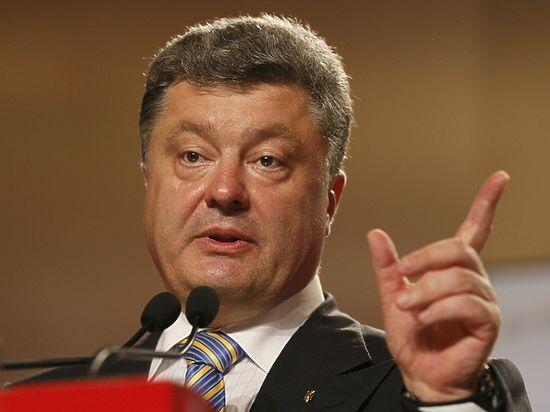 Порошенко выдал оружие футболистам сборной Украины