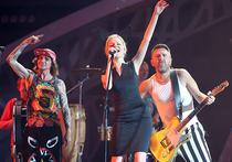 Увольнение то ли по собственному, то ли по не очень собственному желанию Алисы Вокс, вокалистки группировки «Ленинград» и солистки в уже культовых «Лабутенах», а также глубокомысленные заявления подзабытого, увы, певца и композитора Юрия Лозы о «профнепригодности» столпов мирового рока Led Zeppelin и Rolling Stones, вывели, слава Богу, шоу-бизнес из патетического паралича от поп-королевской премьеры шоу «Я» и вернули общественность в более приятное и естественное состояние дикого ржача