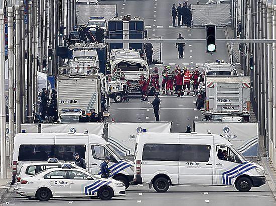 Число жертв брюссельских терактов растет, поиски террористов продолжаются