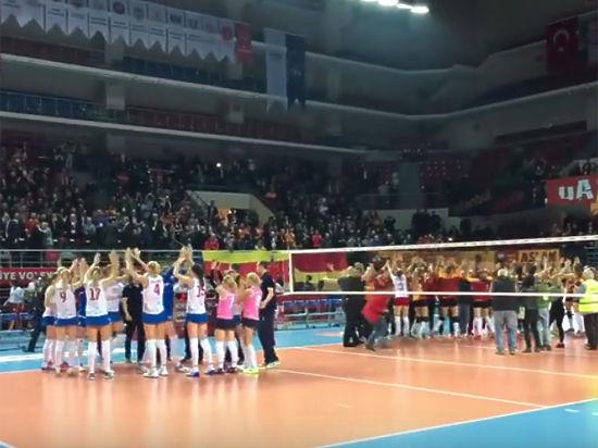 Турецкие болельщики продемонстрировали ненависть к России, закидав волейболисток мусором