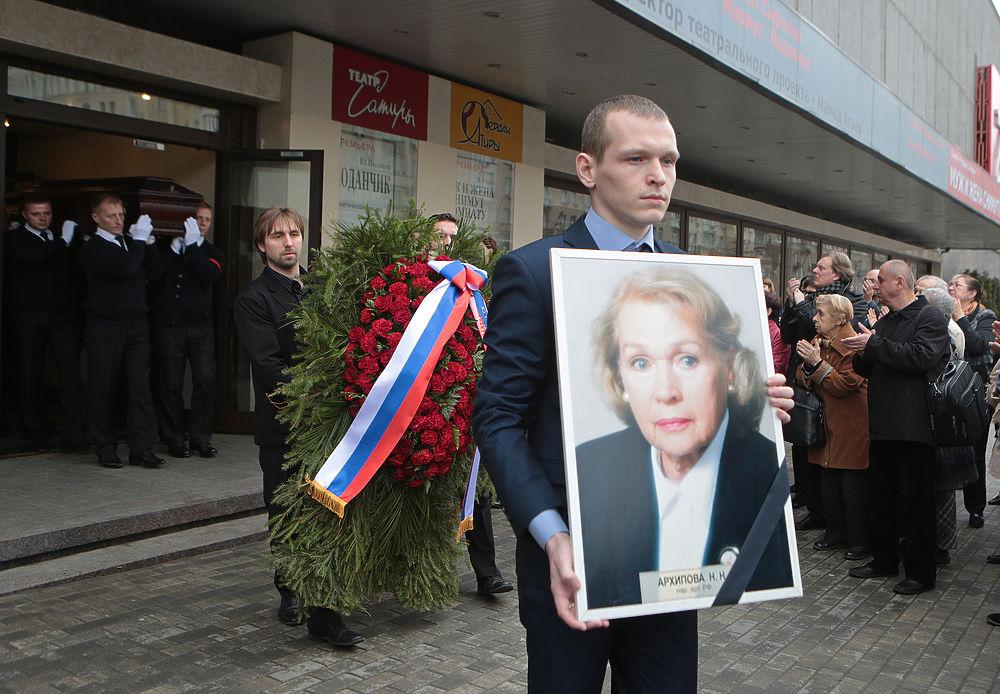 На похороны старейшей актрисы Театра Сатиры, народной артистки РСФСР Нины Архиповой пришли коллеги, друзья и поклонники ее таланта.