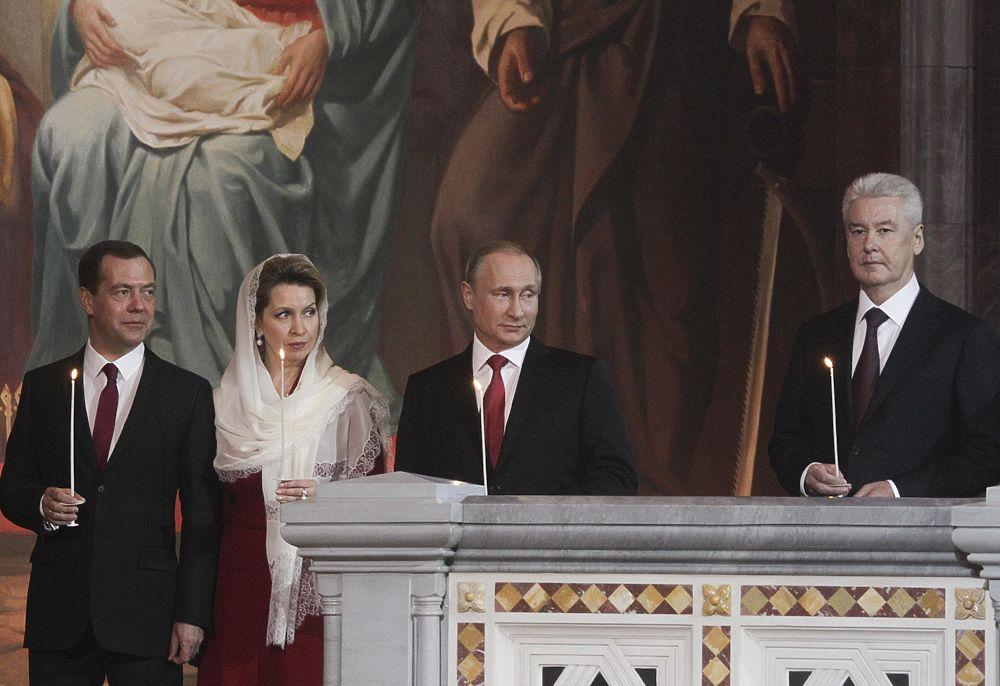 Владимир Путин, Дмитрий Медведев и Сергей Собянин посетители пасхальное богослужение в храме Христа Спасителя.