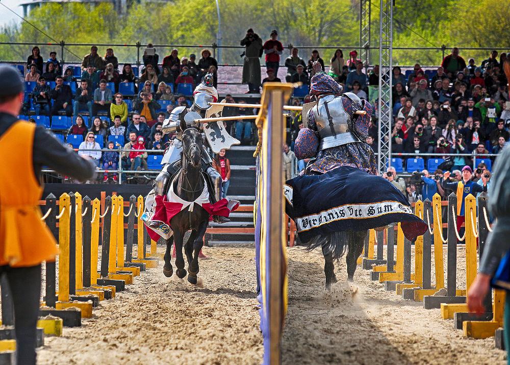 В Москве проходит международный рыцарский Турнир Святого Георгия. В пеших и конных состязаниях сойдутся лучшие рыцари из России, Австралии, Германии и Голландии.