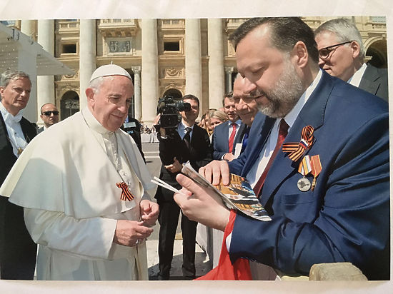 Папа Римский надел георгиевскую ленту по просьбе депутата-коммуниста