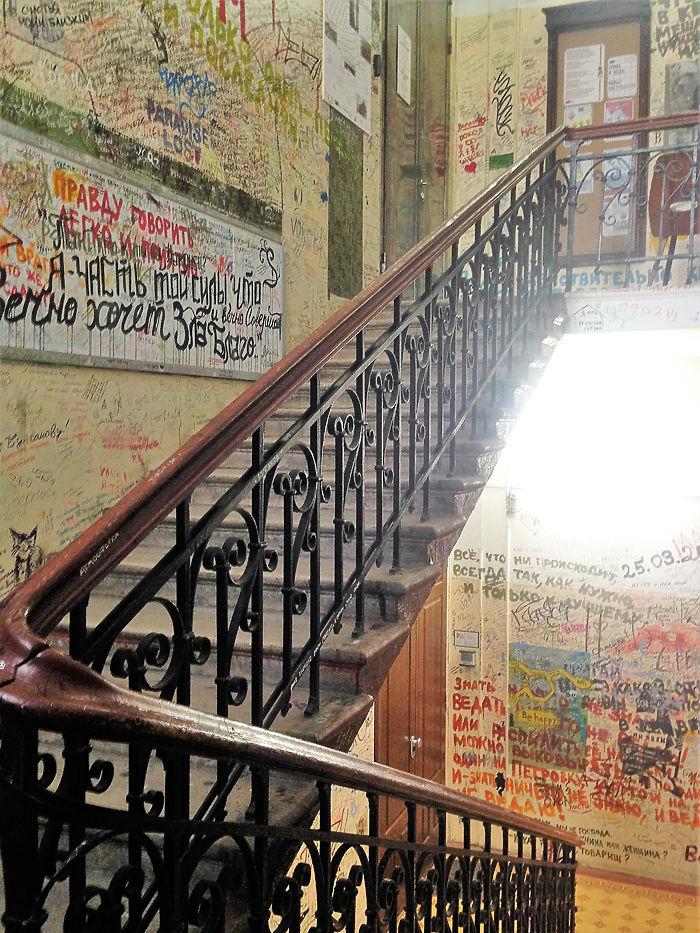 Стена Цоя на Арбате снова под угрозой — власти всерьез обсуждают ликвидацию культового места. А ведь рисунки и надписи, оставляемые фанатами звезды русского рока могут, и сами стать частью культурного наследия.
