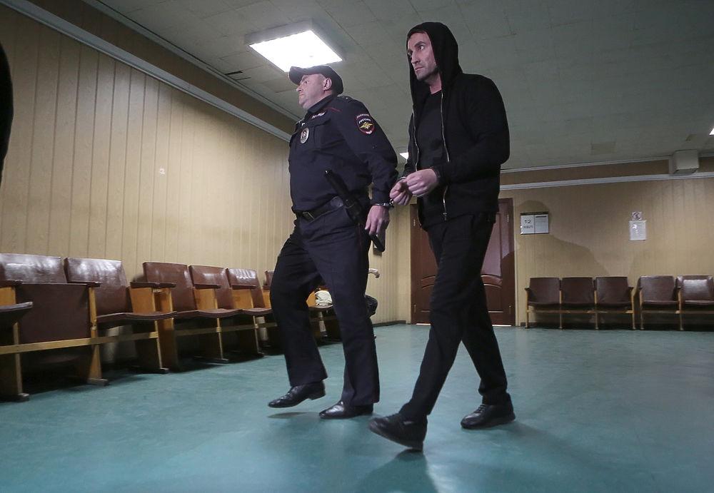 Пресненский суд Москвы арестовал на два месяца двоих фигурантов по делу о массовой драке со стрельбой на Хованском кладбище: Вячеслава Серова и Александра Бочарникова.