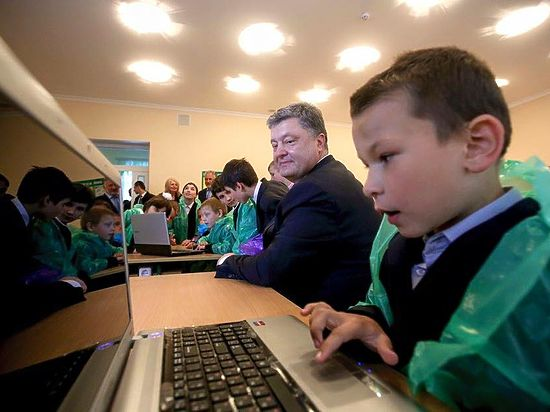 Фото Порошенко сдетьми вцеллофане высмеяли интернет-пользователи