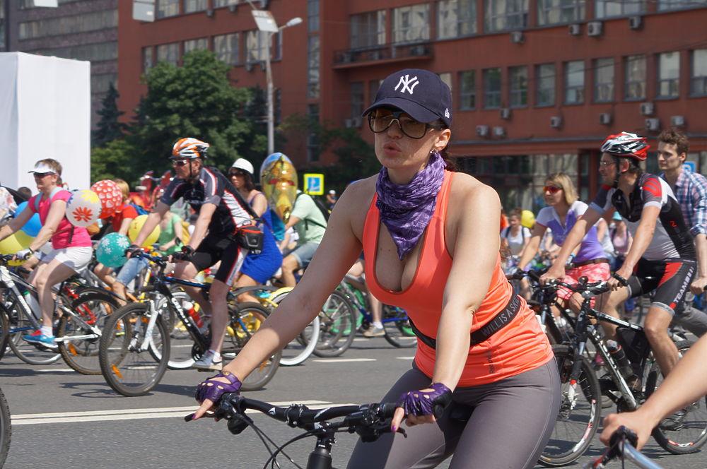 В 13-00 в Москве стартовал ежегодный велопарад, в этом году собравший 30 000 участников.