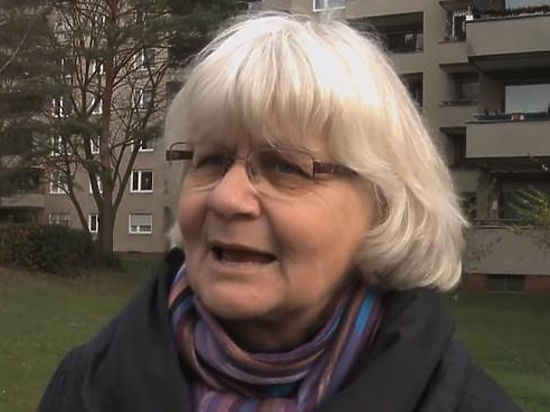 Жительница Берлина соскабливает фашизм с тела Германии