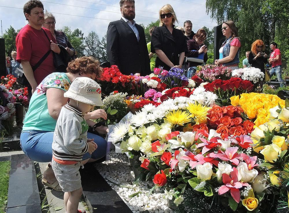 В годовщину смерти Жанны Фриске на кладбище, где она похоронена, приехали ее родные, близкие и поклонники творчества певицы.