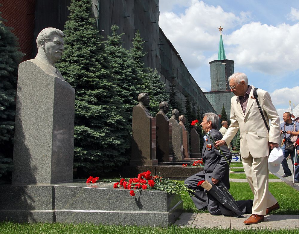Участники Парада Победы 24 июня 1945 года собрались 71 год спустя у Могилы Неизвестного Солдата чтобы возложить к ней цветы.