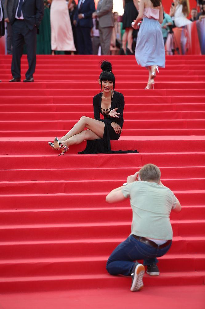 Китайская актриса Бай Ли прошлась по красной дорожке Международного кинофестиваля в весьма откровенном наряде, а затем и вовсе развалилась на ступеньках - публика предположила, что дама была подшофе