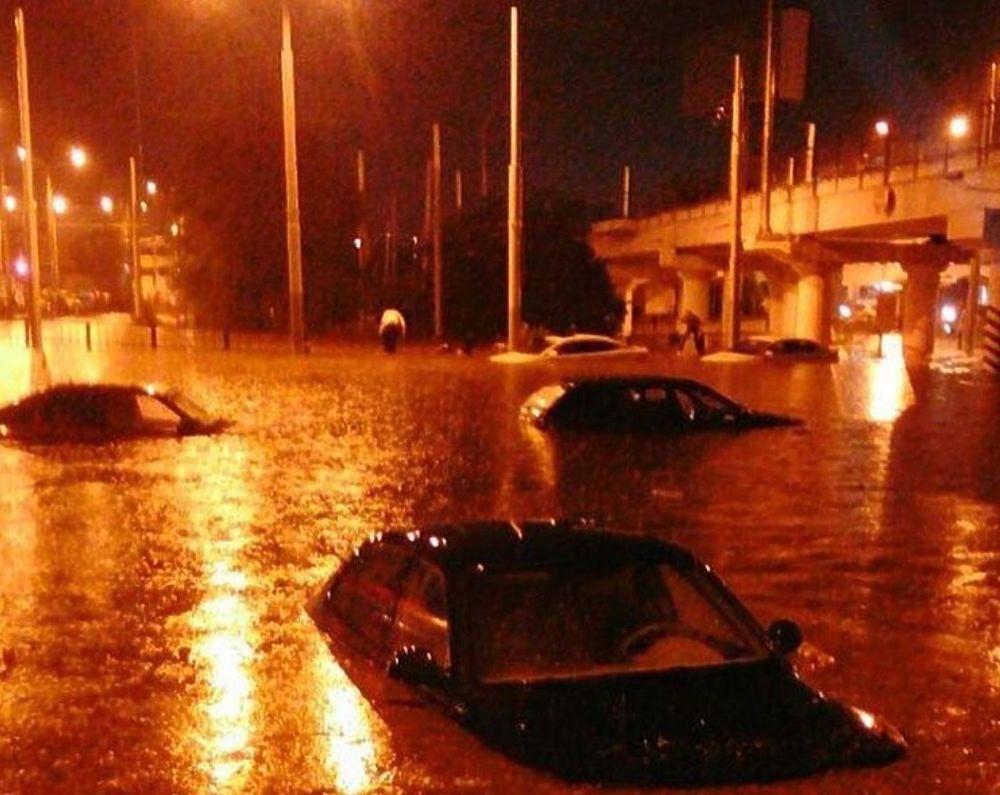 В последний день июня Ростов-на-Дону накрыл мощный ливень, в прямом смысле превративший улицы в ряде районов в реки
