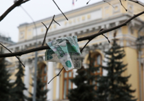 Банк России резко повысил официальные курсы доллара и евро, установив их на время грядущих выходных на уровне 71,251 рубля за евро и 64,627 рубля за доллар