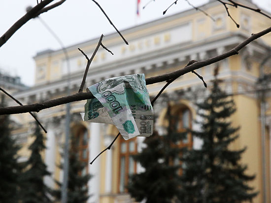 Курс рубля резко упал: эксперты подозревают руку ЦБ и экспортеров