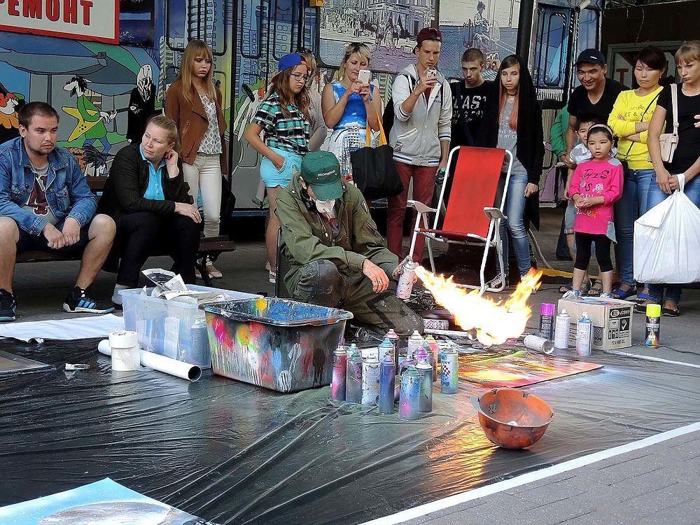 Туристы утверждают, что им мил дух Старого Арбата - с художниками, музыкантами и уличными артистами.