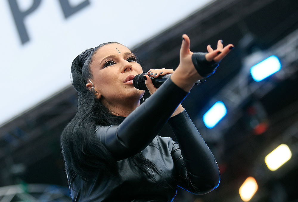 Певица Ёлка выступила на музыкальном фестивале «Европа Плюс Лайф 2016» в Москве. Это произошло в выходные 23-24-го июля