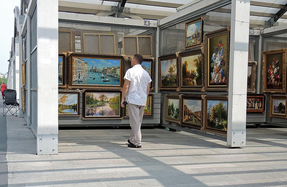 Перед началом грандиозной выставки Айвазовского в Третьяковке на Крымском валу корреспонденты МК решили посмотреть на полотна великого художника в исполнении у его уличных коллег.
