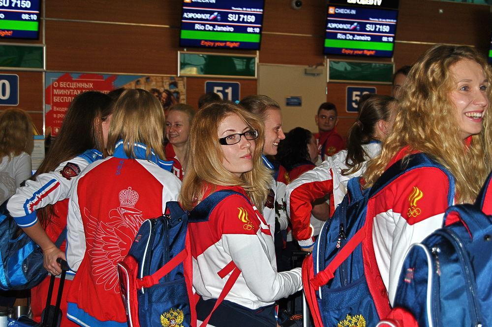 Спортсмены из сборной России отправились на летнюю Олимпиаду в Рио-де-Жанейро под аплодисменты собравшихся болельщиков.