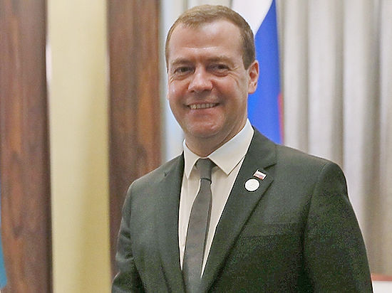 Медведев: низкие зарплаты учителей и высокие силовиков сравнивать нельзя