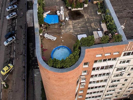Гражданин многоэтажки установил накрышу надувной бассейн