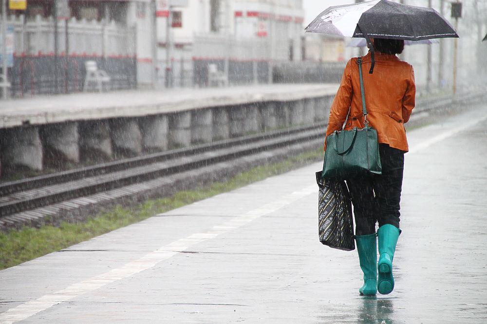 Непрекращающиеся в столице дожди заставили некоторых москвичей надеть резиновые сапоги.