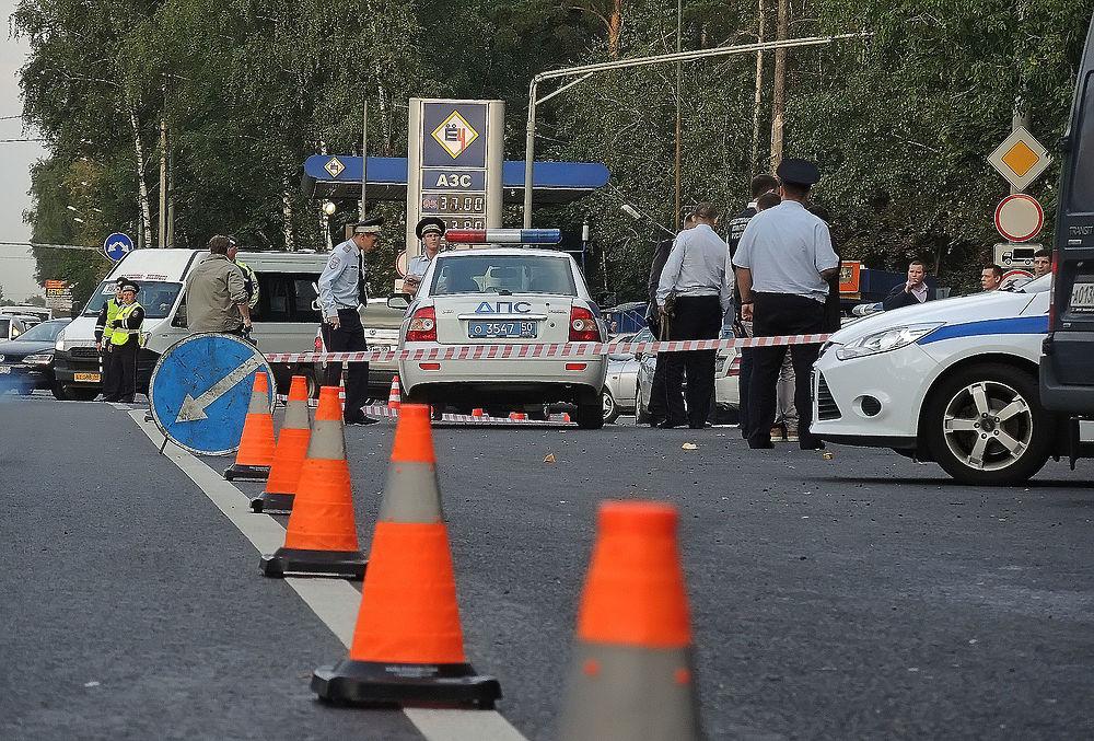 Двое неизвестных, обстреляли пост ДПС на Щелковском шоссе в Подмосковье. Пострадали двое полицейских, оба нападавших убиты. Одного из правоохранителей пришлось оперировать.