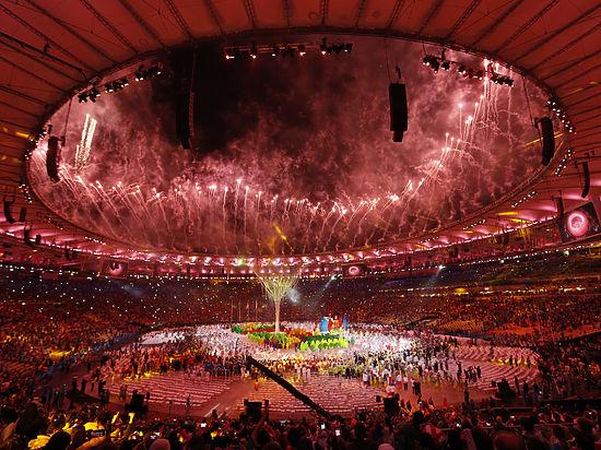 голые девушки потушили олимпийский огонь
