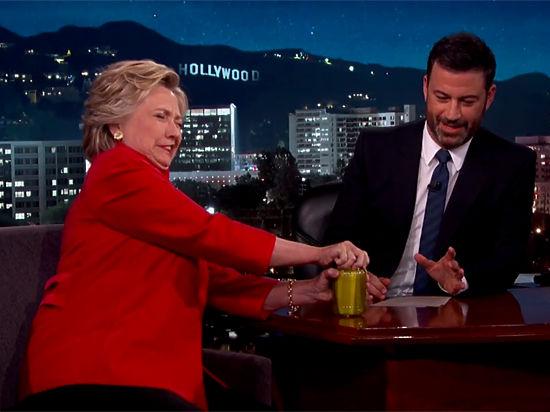 Клинтон показала свою силу, открыв вэфире банку согурцами