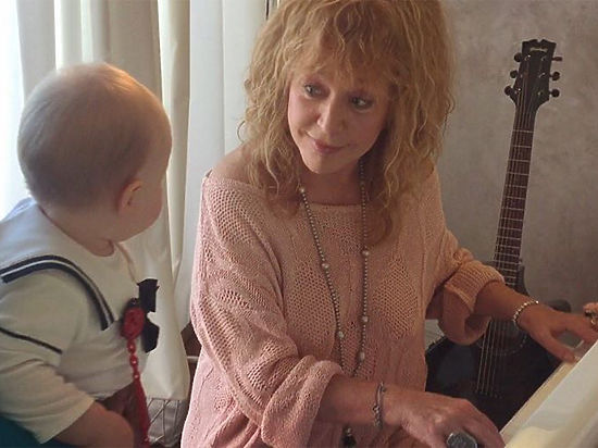 Алла Пугачёва учит 10-месячную дочь Игоря Николаева музыке