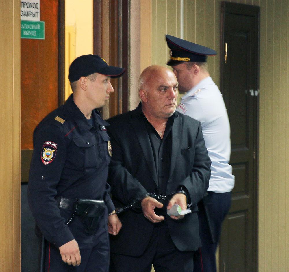 Пресненский суд Москвы избрал меру пресечения для захватчика отделения «Ситибанка» бизнесмена Арама Петросяна — два месяца под арестом. Обвиняемый просил не заключать его под стражу и объявил голодовку.