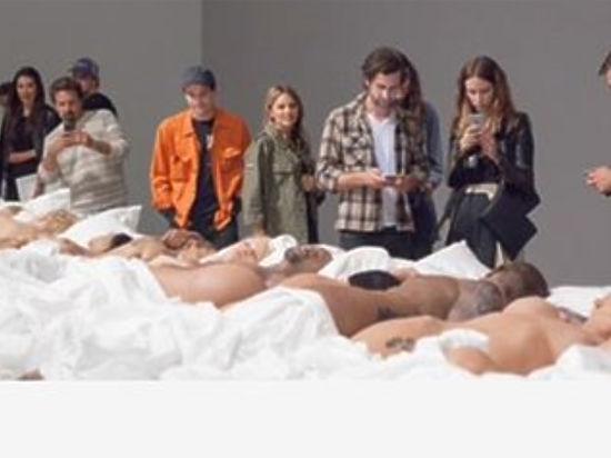 ким кардашьян устроила выставку восковых фигур из клипа famous