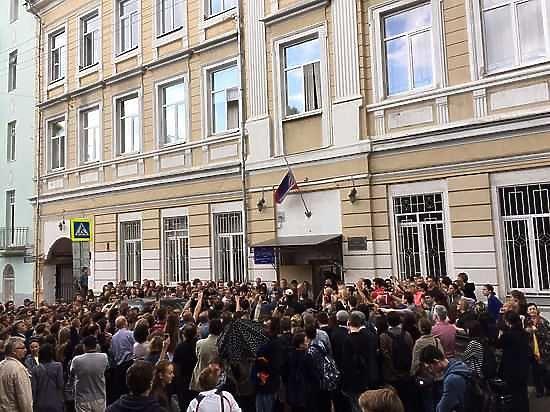 Директор 57 школы Сергей Менделевич официально уволился