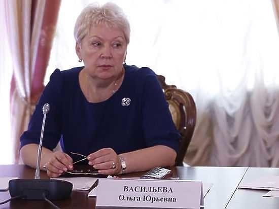 За скандал с учеными степенями министр образования уволила однофамильца