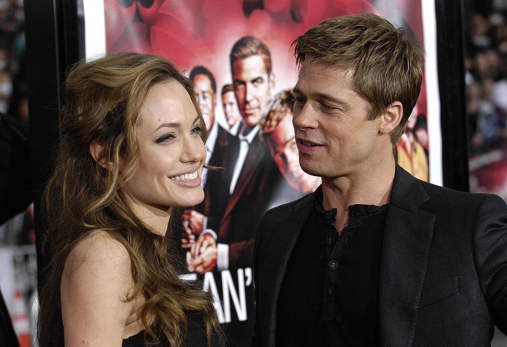 Знаменитая голливудская чета Анджелина Джоли и Брэд Питт расстаются после 12 лет отношений и всего двух лет брака.