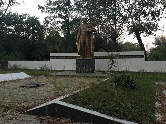 Бараны на кладбище: на могилах русских в Грозном пасут скот и орудуют вандалы