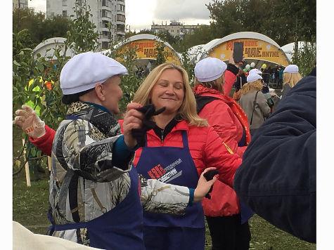 Вусадьбе Коломенское прошел субботник вчесть юбилея Юрия Лужкова