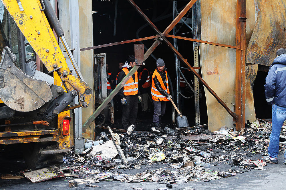 Ровно месяц назад, 27 августа, на территории типографии произошел пожар, в котором погибло 17 женщин. Снос пристроек складских помещений, в одной из которых начался пожар, может продлится 2 недели. Разбирать конструкции начали рабочие собственника типографии.