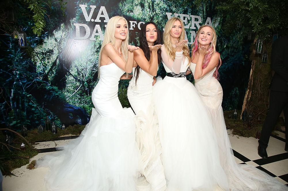 В отеле Four Seasons прошел показ свадебных платьев американского дизайнера Vera Wang. В качестве моделей приняли участие звезды эстрады, кино и спорта.