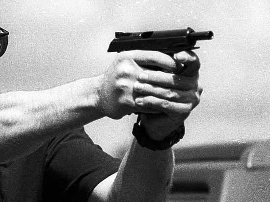 Работники Сбербанка обезвредили вооруженного преступника вцентральной части Москвы