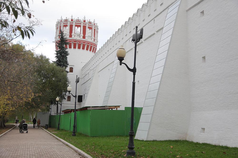 Москвичи обратили внимание на странную отделку стены Новодевичьего монастыря - она похожа на дешевый облицовочный материал