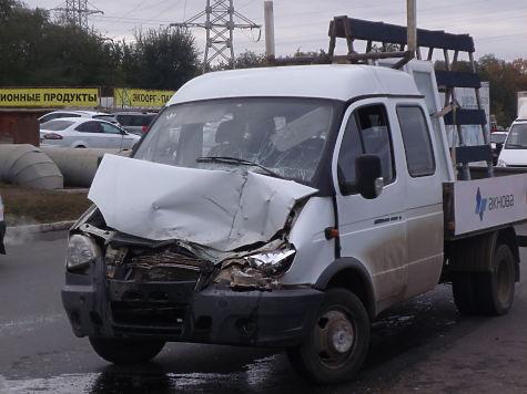 Сотрудники полиции устанавливаются обстоятельства ДТП, произошедшего наулице Терешковой смаршрутным автобусом