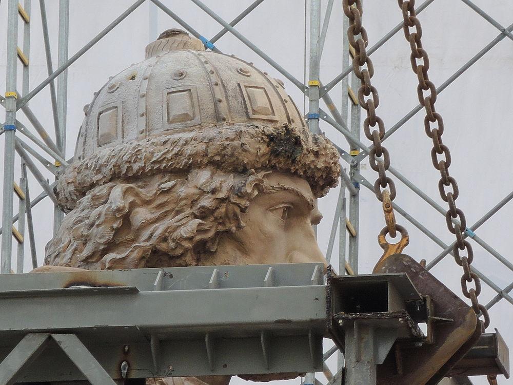 В Москве на Боровицкой площади начали установку огромной фигуры князя Владимира - основного элемента памятника.