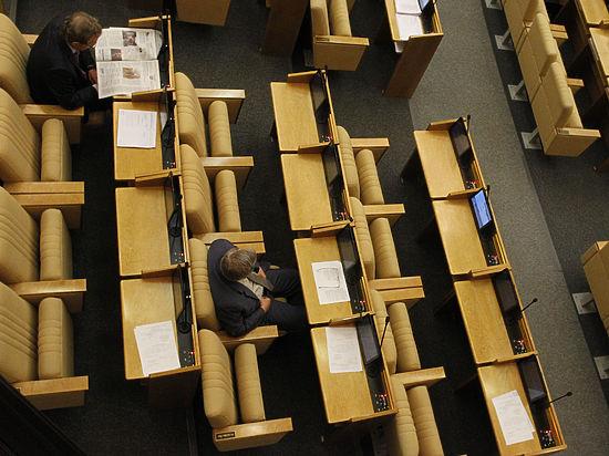 Взаксобрании Свердловской области депутат играл сразу на 2-х гаджетах