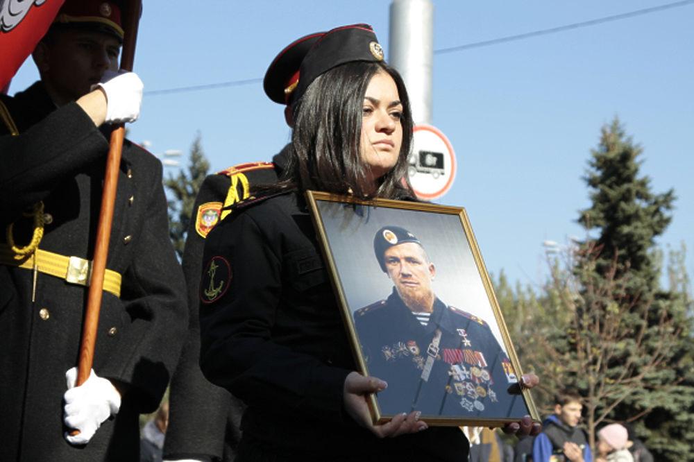 В Донецке тысячи людей простились с героем народного ополчения ДНР Моторолой
